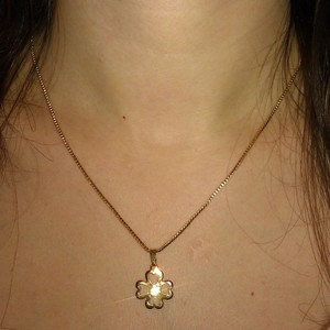 Collier pendentif trèfle pierre effet diamant