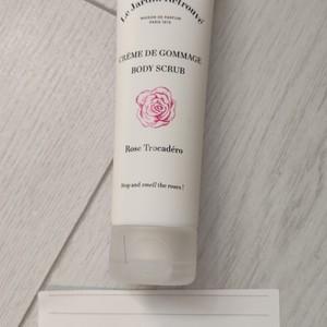 Crème de gommage à la rose Trocadéro
