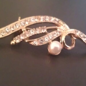 Broche doré effet perle & diamants NEUF