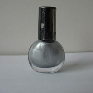 Vernis à ongles gris argenté