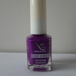 Vernis à ongles violet punchy