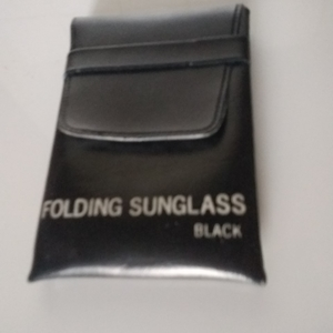 "Etui pour cigarettes OU portable : ""Folding sunglass"""