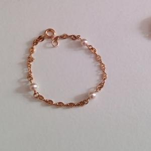 bracelet doré à perles blanches