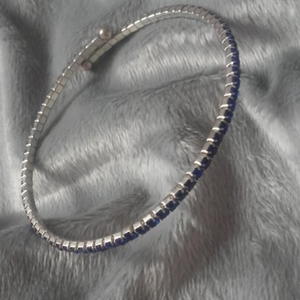 Bracelet fin à petits diamants bleus