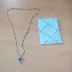 collier avec une rose bleu + pochette en papier